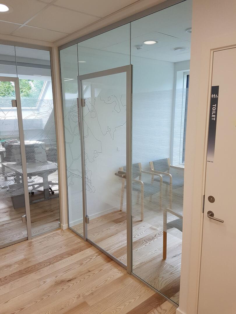 Glasvægge og glasdør