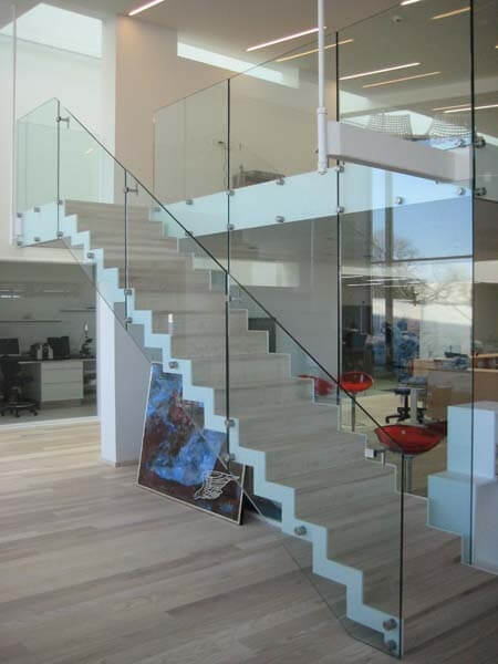 Glasværn til beton trappe