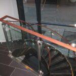 Bøjet glasværn trappeopgang