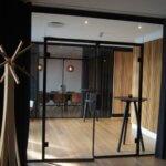 dobbeltdøre i glas med sorte detaljer