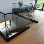 Glasværn omkring trappehul sorte detaljer