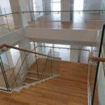 Trappeopgang med indspændt glasværn