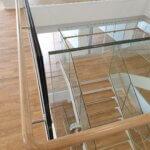 Trappeopgang med indespændt glasværn