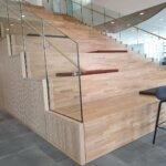 glasværn på siddetrappe
