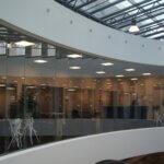 bøjet glasvæg kontor