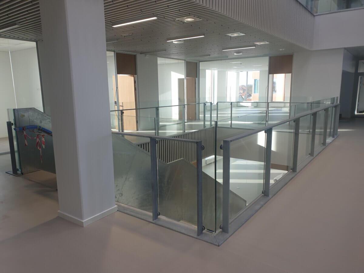 Glasværn monteret på stålrammer