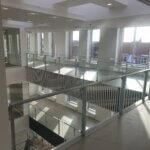 Glasværn i stålrammer