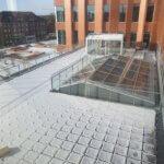 Glasværn monteret i stålrammer
