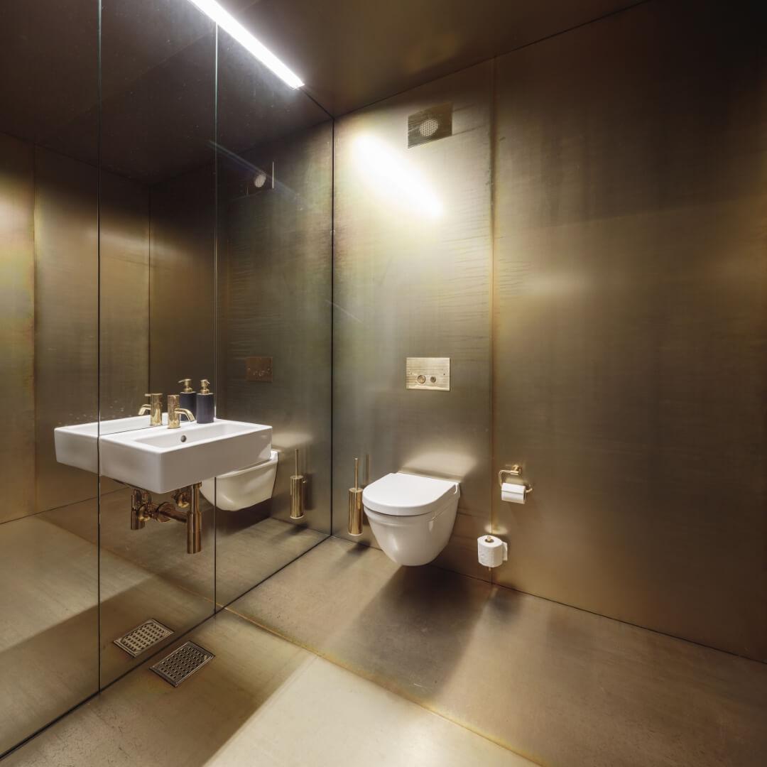 toilet med spejlvæg
