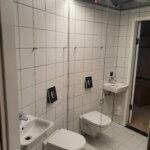 Spejlvæg i lille badeværelse