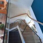 indespændt glasværn på trappe